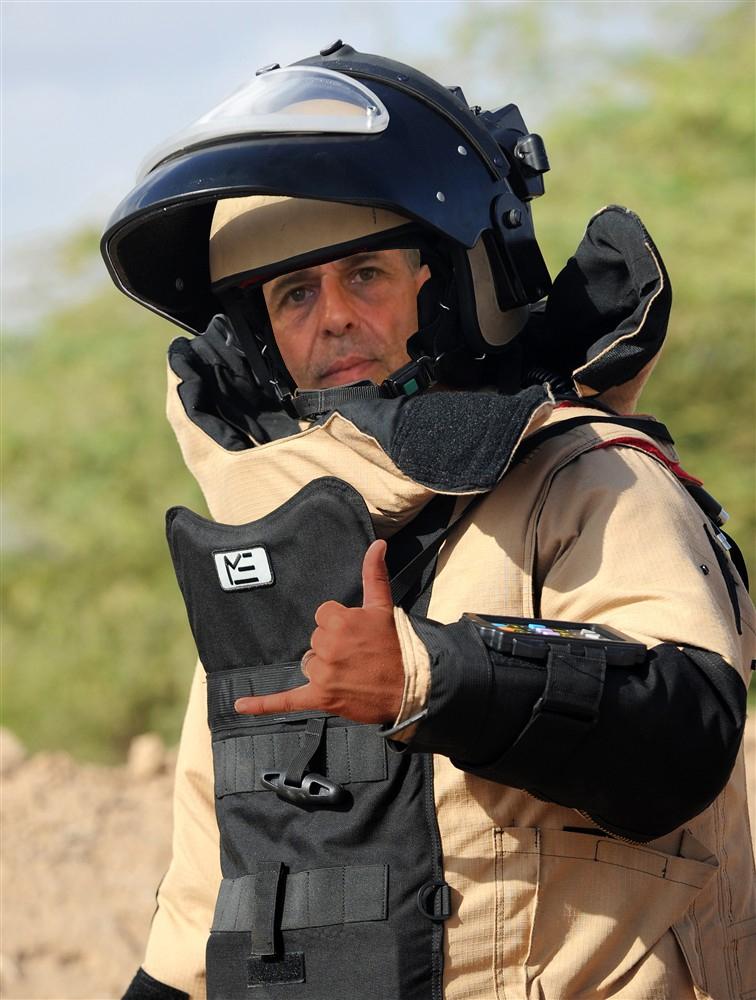 Jairo Teixeira utilizando a roupa de desarmador de bomba se prepara para enfrentar o Fila Brasileiro